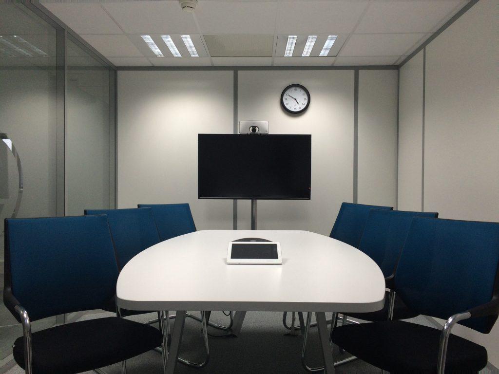 Lege vergaderruimte om een teleconference te visualiseren.